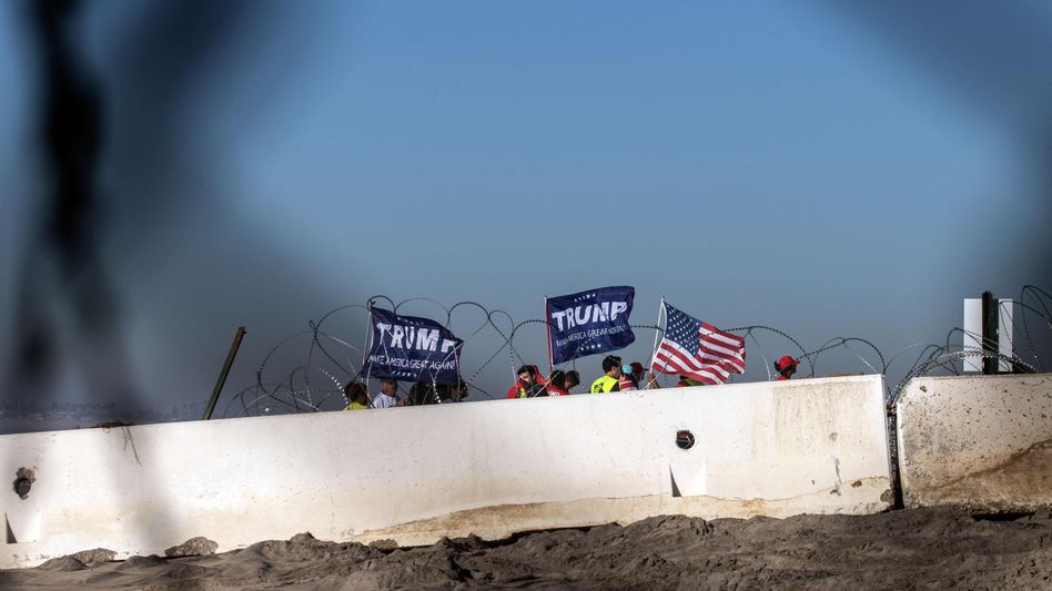Pro-Trump-Demonstranten an der Grenze zu Mexiko