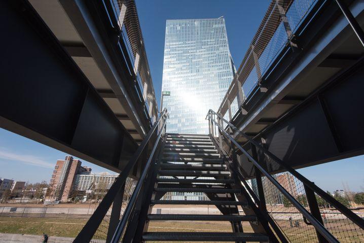 Die EZB in Frankfurt: Früher hieß es, echte Banker arbeiten nicht in Behörden. Diese Einstellung hat sich geändert