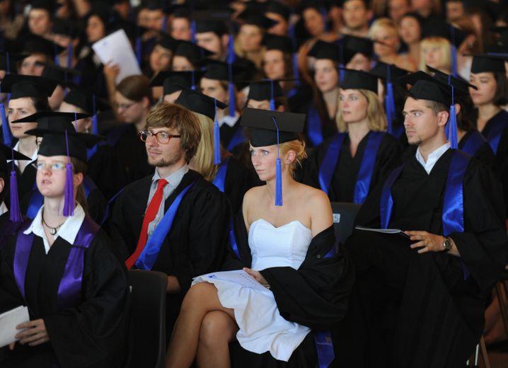 Stolzer Moment für Eltern: Abschlussfeierlichkeit an der Uni. Bis dahin ist es aber ein weiter Weg. Und natürlich muss sich Erfolg nicht immer über akademische Bildung definieren (schließlich waren unter vielen anderen auch Bill Gates und Richard Branson Studienabbrecher).