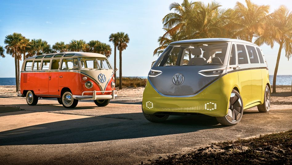 Volkswagens ID Buzz (rechts) neben Bulli-Urahn T1.