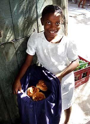 Ein Lächeln für Touristen: Das Mädchen auf der Insel Chachaute verkauft Gebäck