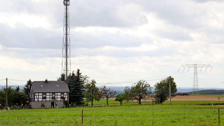 Mobilfunkmast auf dem Land in Sachsen: Die Bundesregierung will Funklöcher stopfen.