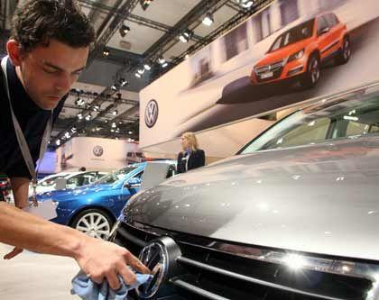 Herausgeputzt: Letze Polierarbeiten im Showroom von VW