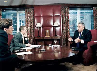 Angriffslustig: Citigroup-Chef Sanford Weill (r.) mit den Redakteuren Klaus Boldt (l.) und Georg Jakobs