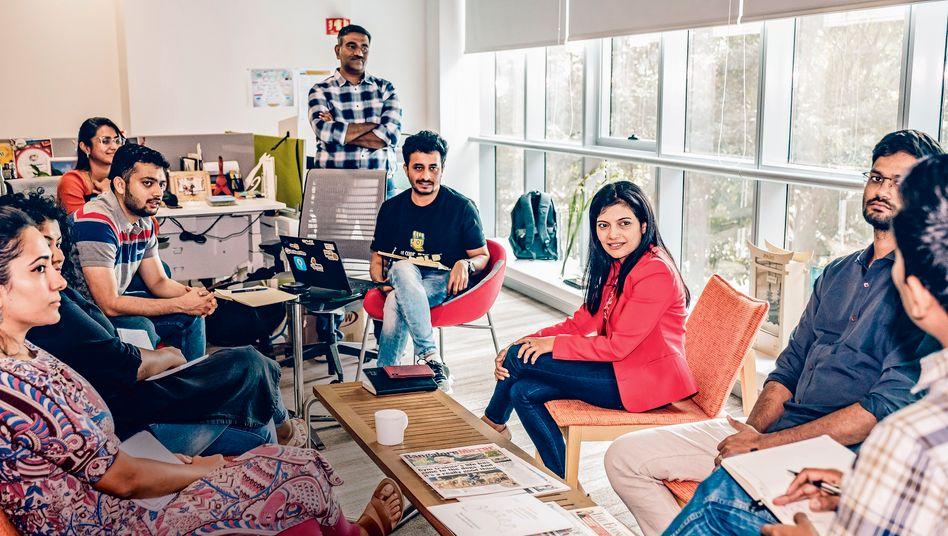 Die Chefin trägt Rot: Sindhu Gangadharan (M.) führt 8500 SAP-Entwickler in Bangalore