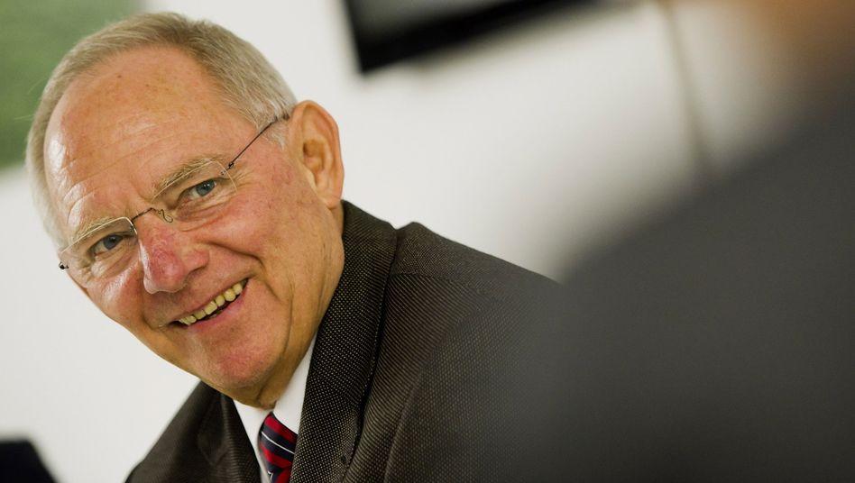 Grund zur Freude: Finanzminister Schäuble machte 2011 weniger Schulden als erwartet