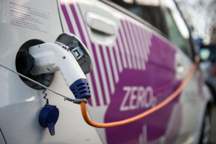 Elektroauto an einer Ladesäule: Die Kanzlerin diskutiert mit Deutschlands wichtigsten Autobossen über mögliche Kaufprämien