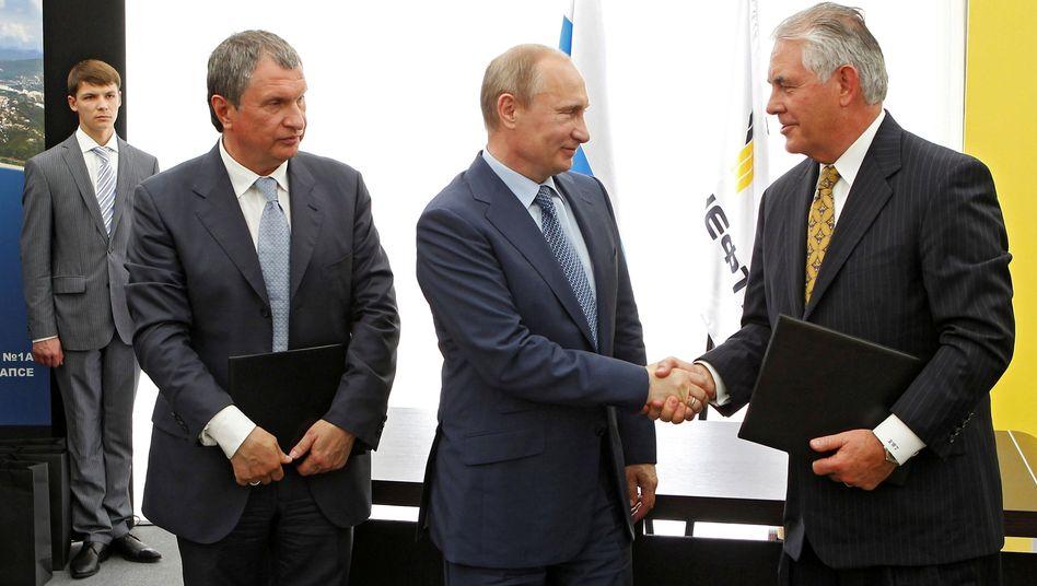 Sein großer Deal: ExxonMobil-Chef Rex Tillerson (r.) 2012 mit Russlands Präsident Wladimir Putin