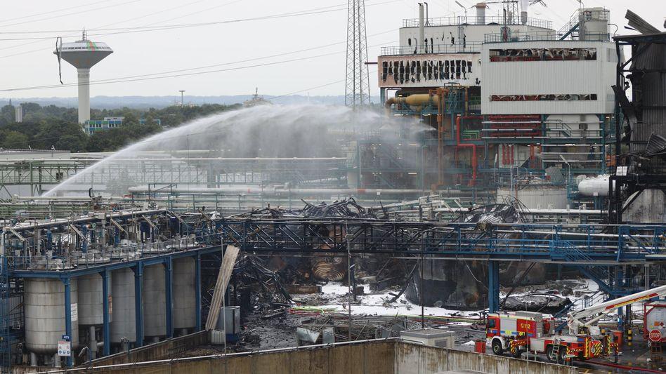 Löscharbeiten im Leverkusener Chempark: Die Chancen, Vermisste nach der Explosion in der Müllverbrennungsanlage am Dienstag noch lebend zu finden, ist gering - die Aufräumarbeiten und Ermittlungen der Polizei zur Unglücksursache beginnen