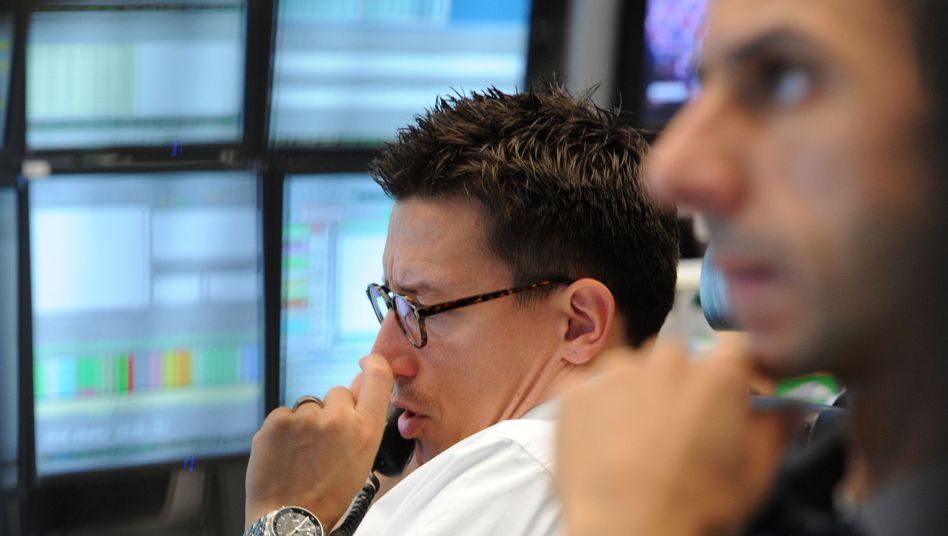 Am Finanzmarkt genau hinschauen: Bei den Gebühren behandeln Fondsgesellschaften nicht alle Anleger gleich.