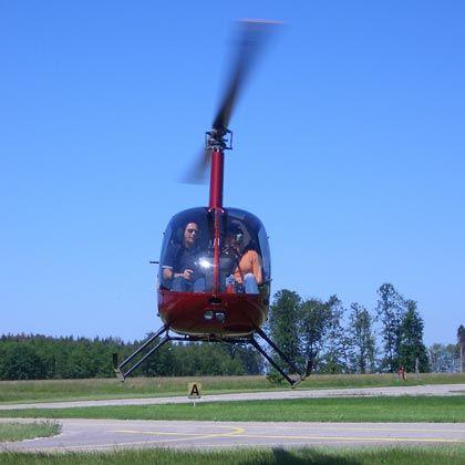 Fliegen geht immer: Hubschrauberflüge, bei denen man selbst an den Steuerknüppel darf, sind beliebt