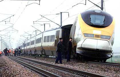 Entgleist: So wie der Zug Eurostar schlingert auch das Projekt Eurotunnel von einer Katastrophe in die andere