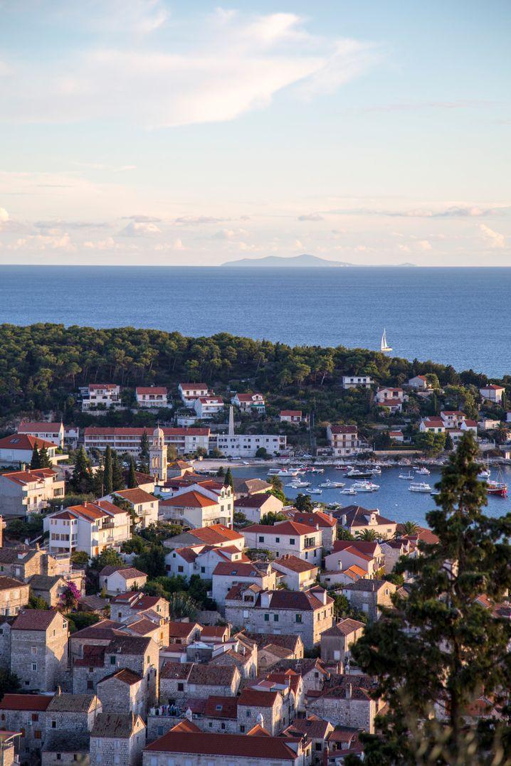 Im Hafen von Hvar reihen sich Luxusjachten aneinander.