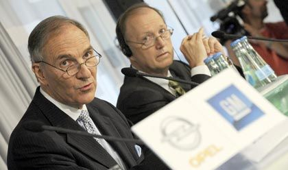 Opel-Mehrheit geht an Magna: Der Vorsitzende des Opel-Treuhand-Beirats, Fred Irwin (l.), und der Verhandlungsführer von General Motors, John Smith, geben die Entscheidung bekannt