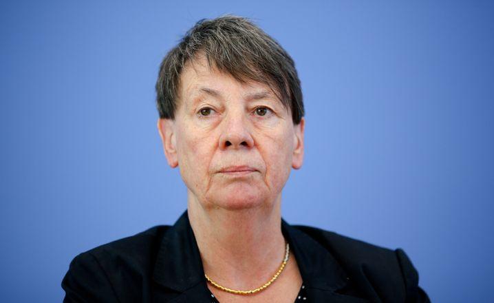 Barbara Hendricks (SPD, 61 Jahre) hat sich bislang eher auf dem Feld der Finanzen einen Namen gemacht - trotzdem wird sie nun Umweltministerin werden. Die gelernte Gymnasiallehrerin hat ihr neues Amt wohl auch dem Regionalproporz zu verdanken: Sie stammt aus Nordrhein-Westfalen. Die einstige Parlamentarische Staatssekretärin im Bundesfinanzministerium in der rot-grünen Koalition ist bislang SPD-Schatzmeisterin.