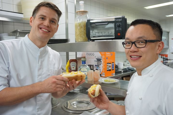"""Spitzenköche mit Hot Dogs: Cornelius Speinle (links) und John Ho vom Restaurant Lakeside im """"The Fontenay"""" beim Testen der Ergebnisse"""