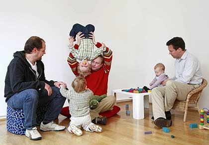 Seltene Spezies: Daniel Dietzfelbinger von MAN (l.), Siemens-Ingenieur Oliver Plett (M.) und IBM-Berater Peter Schirmanski kümmern sich zu Hause um ihre Söhne