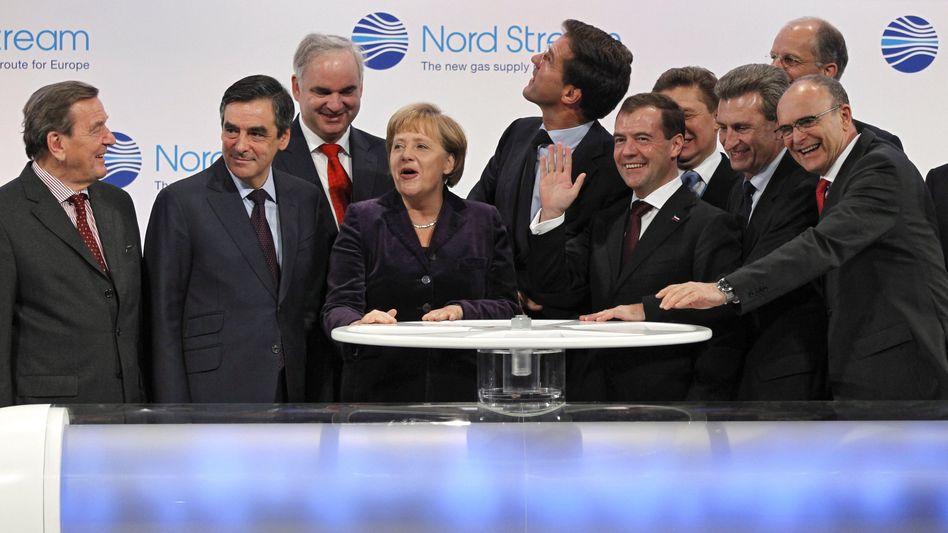 Los geht's: Hochrangige Gäste um Kanzlerin Merkel und Russlands Präsident Medwedew (vorne, 3. v. r.) bei der Inbetriebnahme der Nord-Stream-Pipeline