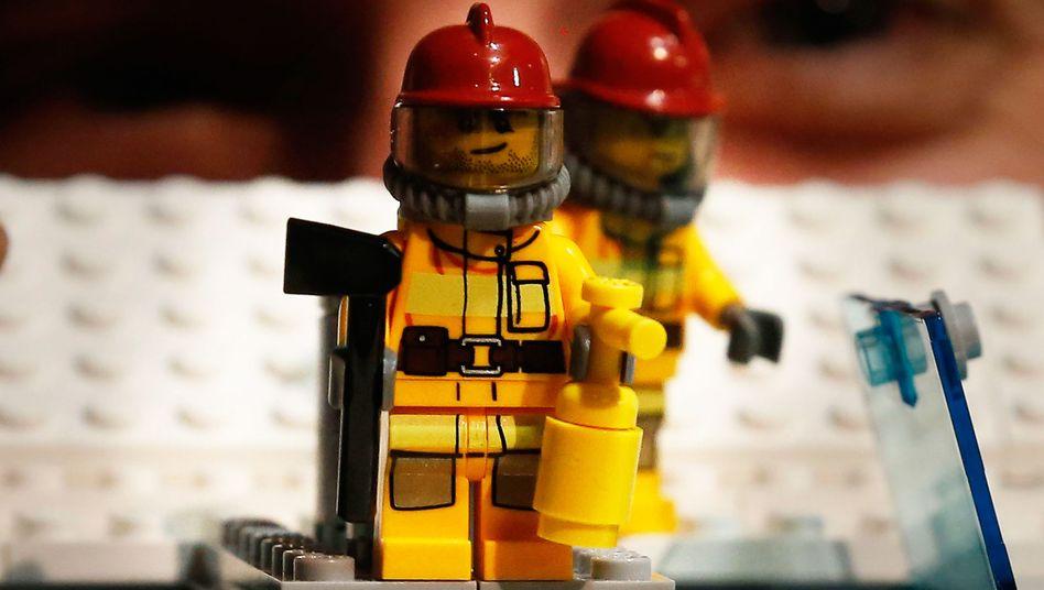 Lego-Feuerwehrmänner: Auch beim Spielzeughersteller scheint es aktuell an mehreren Stellen zu brennen