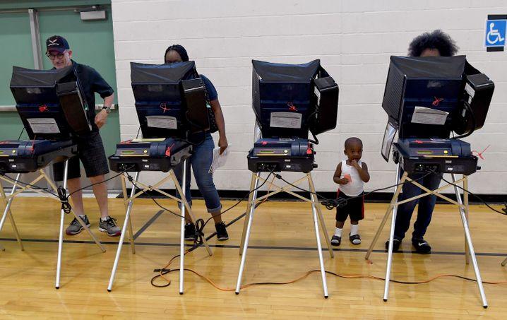 Wahlmaschinen bei der US-Wahl: Das System ist doch bescheuert, wenn einer 2,7 Millionen Stimmen mehr hat und dann doch die Wahl verliert