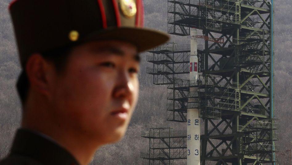 """Nordkoreanischer Soldat vor Rakete: """"Der Satellit hat die angepeilte Umlaufbahn erreicht"""""""