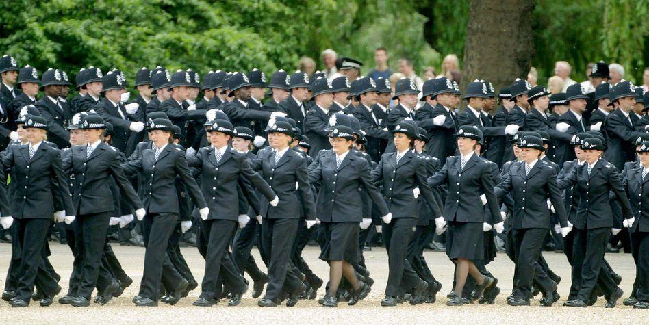 Links schwenk Marsch! Strenge Führung und Polizei, ok. Aber in Unternehmen?