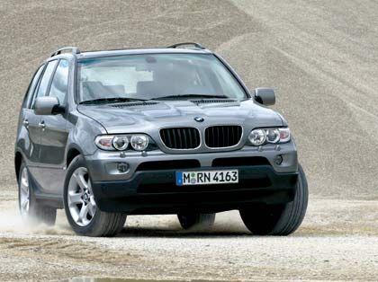 BMW X5: Rund 20 Prozent der in Deutschland neu zugelassenen SUVs kommen derzeit aus dem Hause BMW. Bis Ende April wurden vom X5 knapp 5000 und vom kleineren X3 fast 8000 Fahrzeuge verkauft. Während der X3 schon ab knapp 34.000 Euro zu haben ist, reicht die Preisspanne beim X5 von 44.500 Euro bis deutlich über 80.000 Euro für die 360 PS starke 4,8-Liter-Version.