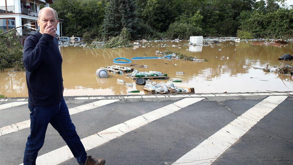 Olaf Scholz in Bad Neuenahr-Ahrweiler: Der Bundesfinanzminister machte sich am Donnerstag ein Bild von den Verwüstungen - und verspricht jetzt Soforthilfen in dreistelliger Millionenhöhe