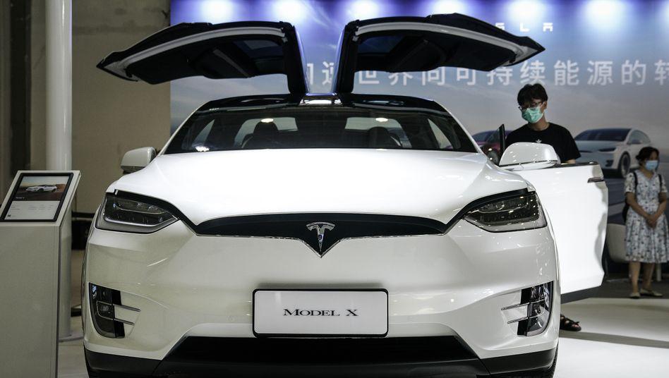 Tesla-Stand mit Model X auf der Zentralchinesischen Automesse in Wuhan Mitte August