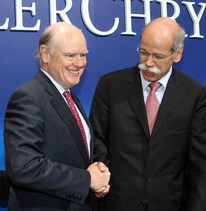Längere Verlustphase von Chrysler: Cerberus-Chef John Snow (links) gibt sich pessimistischer als DaimlerChrysler-Chef Dieter Zetsche