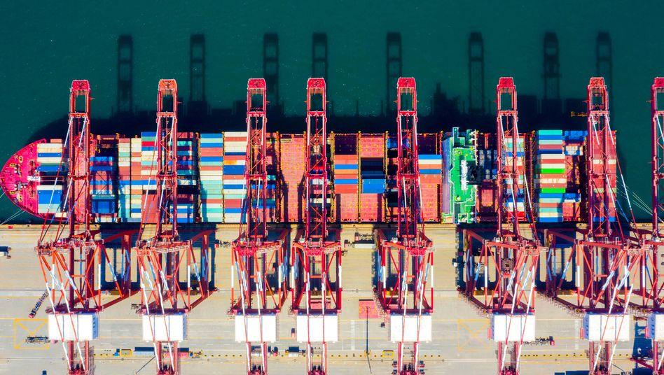 Containerschiff im Hafen von Qingdao