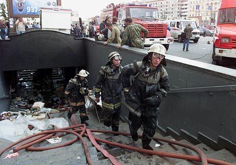 Rettungsarbeiten am Eingang der Unterführung