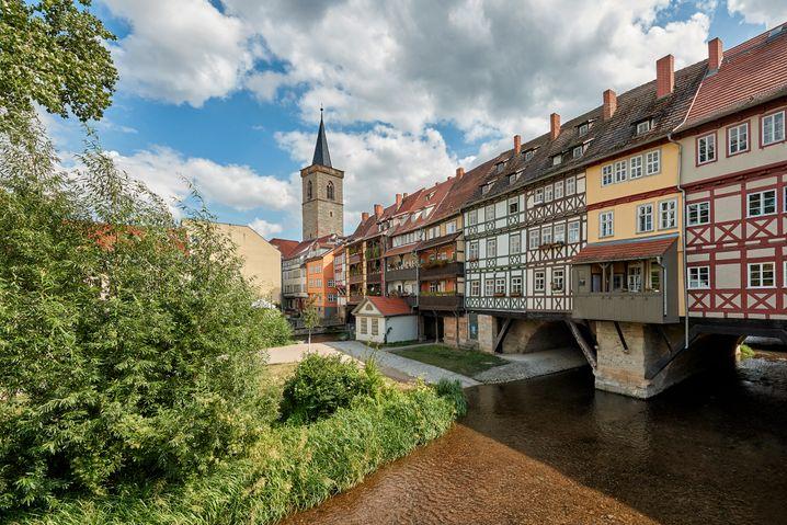Historische Kulisse: der Fluss Gera an der Krämerbrücke in Erfurt