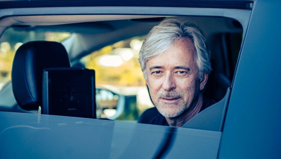 Mr Robot:Waymo-CEOJohn Krafcikwird morgens von einem selbstfahrenden Van ins Büro chauffiert. Privat ist der Ex-Ford-Manager Autofan geblieben: In seiner Garage stehen drei Porsches.