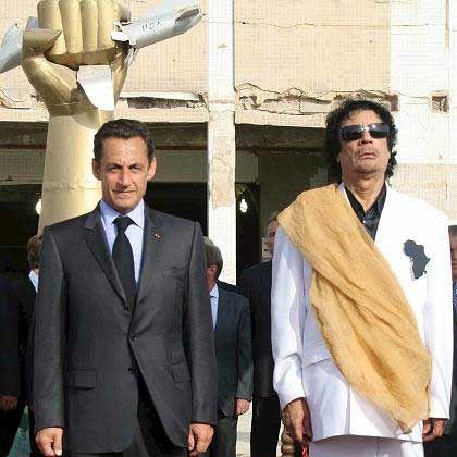 Umstrittene Zusammenarbeit: Der libysche und der französische Präsident, Nicolas Sarkozy und Muammar al-Gaddafi, bei einem Treffen in Tripolis