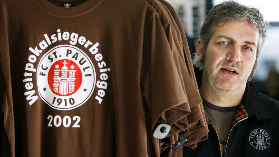Glorreiche Zeiten: Für einen erneuten Sieg gegen den FC Bayern bräuchte Sankt Pauli derzeit göttliche Hilfe - und den Wiederaufstieg. Mit seinem Einstieg signalisiert der US-Ausrüster Under Armour, dass er an die Zukunft der Kiez-Kicker glaubt