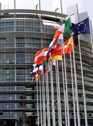Subventionsfeld Europa: Die Europäische Union (EU) zahlte allein im Jahre 2003 fast sieben Milliarden Euro an Europas Landwirte. Das Geld dafür bekommt die EU von ihren Mitgliedsstaaten. Solange die sich nicht darüber einigen, künftig weniger Geld für die Landwirtschaft auszugeben, kann der Bund seine EU-Überweisungen nicht kürzen. Im Bild: Der Haupteingang zum neuen Gebäude des Europaparlaments in Straßburg