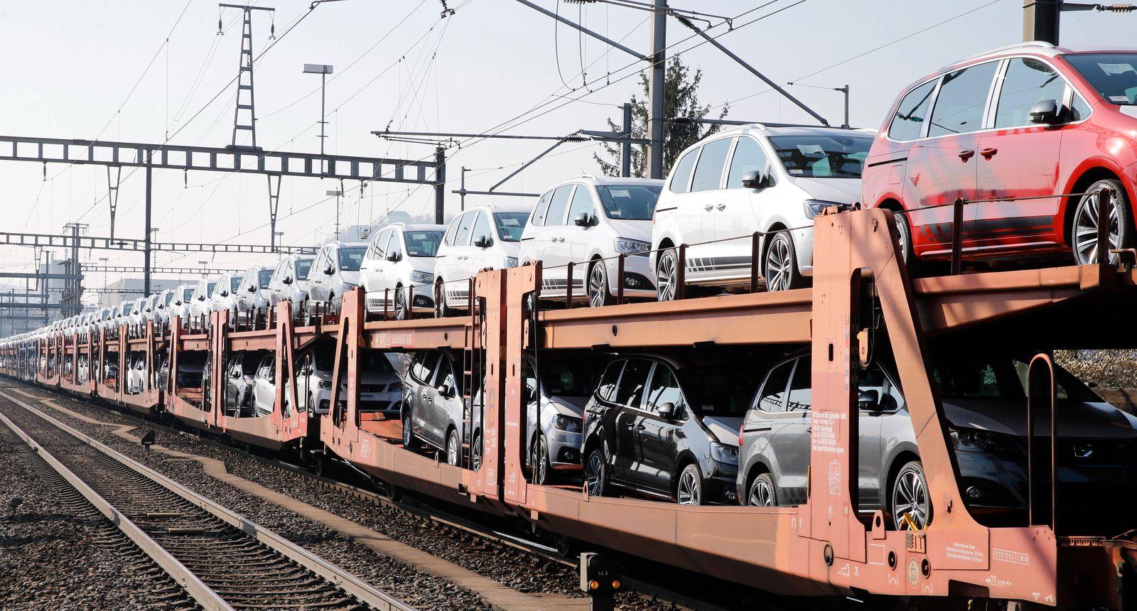 19.03.2020 Lupfig AG , SCHWEIZ , Autotransportzug mit neuen Autos der Marken SEAT und Volkswagen *** 19 03 2020 Lupfig