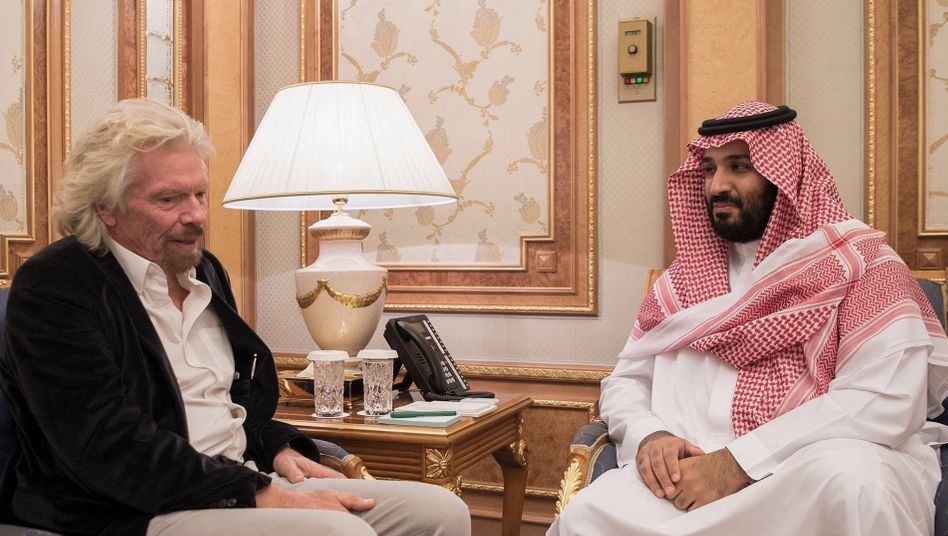 Archivfoto vom Treffen Richard Bransons mit dem saudi-arabischen Kronprinz Mohammed bin Salman bei der «Future Investment Initiative Conference» 2017: Nach seiner öffentlichen Kritik im Fall Khashoggi hat Riad den Milliardär abgestraft - und Branson tritt nun als Chairman von Hyperloop One zurück.