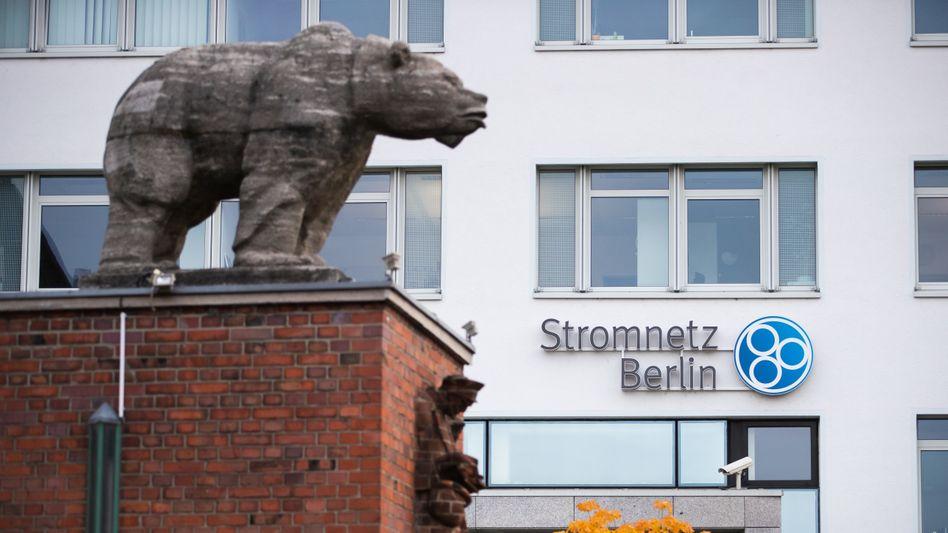 Berliner Bär vor der Verwaltung der Stromnetzgesellschaft