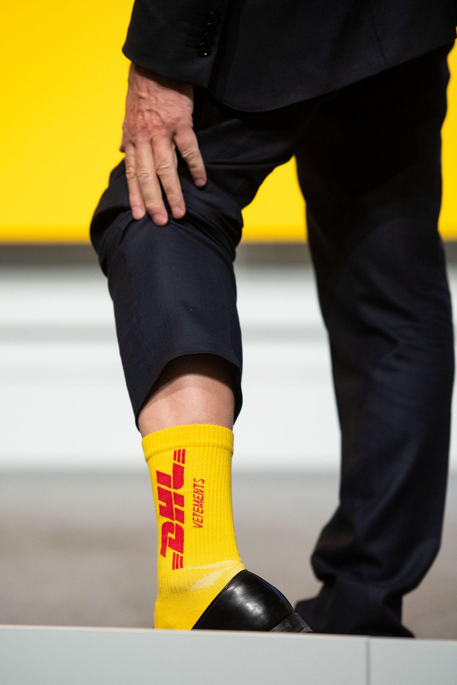 Ken Allen / Socke mit DHL.Logo