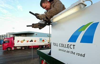 Kostenloses Software-Update, Überspieldauer eine Stunde: Toll-Collect-Schild wird in Hamburg angebracht