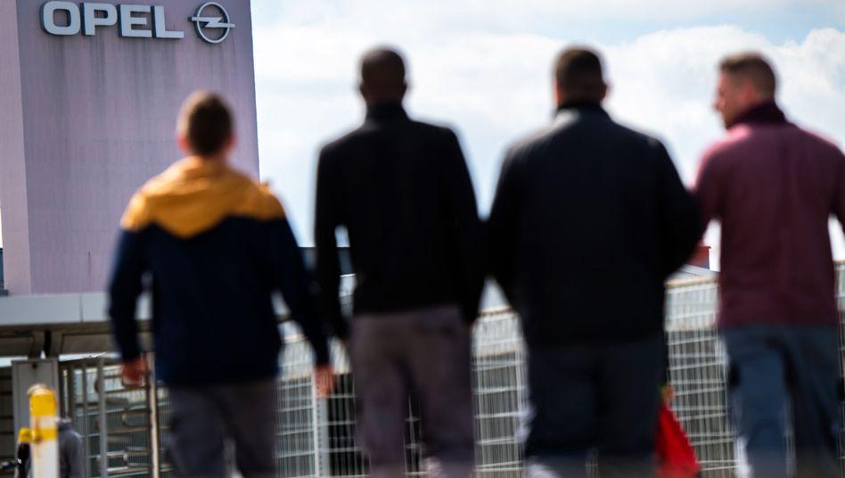 Opel-Mitarbeiter vor dem Werk in Rüsselsheim: Die Arbeitnehmer sollen Kurzarbeitergeld vom Bund und einen Zuschlag von Opel erhalten