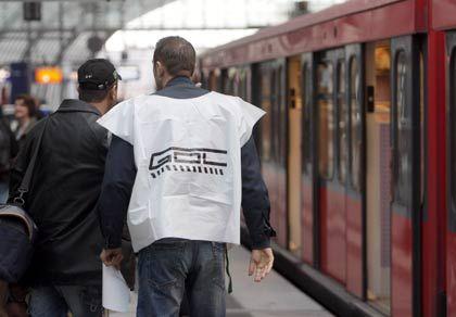 Streik trotz Verhandlungen:Mitglied der Gewerkschaft GDL informiert Reisende