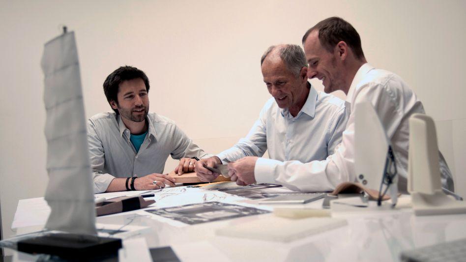 Kreative bei der Arbeit: Die Stuttgarter Designer Andreas Haug und Tom Schönherr erhalten den German Design Award 2012 für ihr Lebenswerk