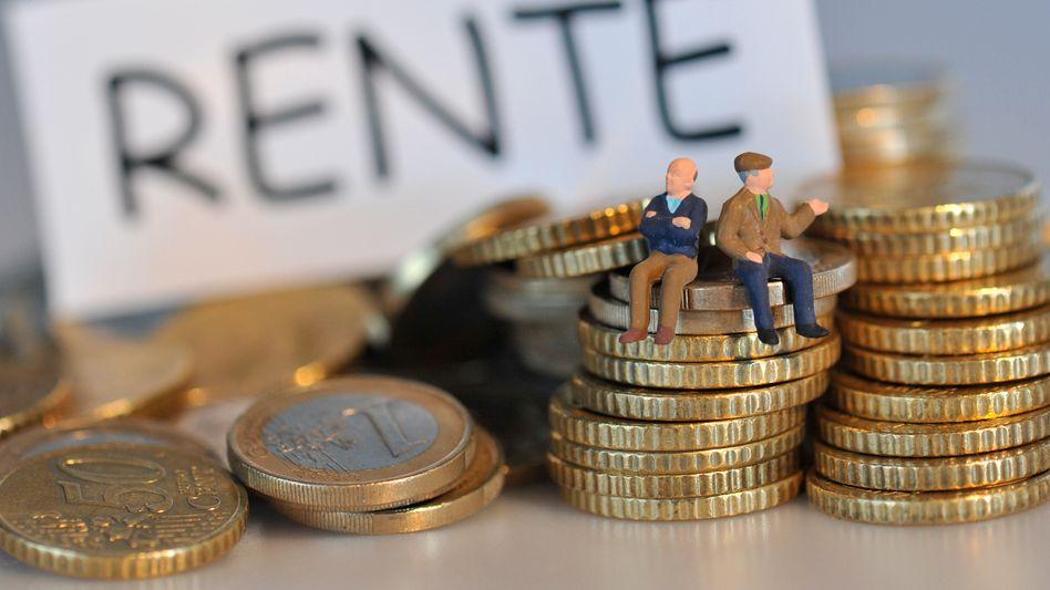 Rund drei Millionen Selbständige in Deutschland (Stand 2014) unterliegen keiner Rentenversicherungspflicht. Sie zahlen also weder in die gesetzlichen noch in berufständische Kassen ein. Viele von ihnen, so ist zu befürchten, werden später dem Steuerzahler zur Last fallen. Das will die Politik jetzt mit einer Versicherungspflicht für alle Selbständige abwenden