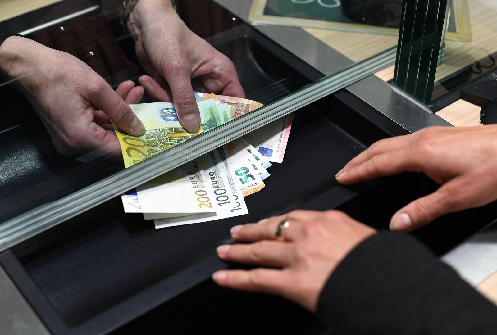 Einzahlen und Abheben am Schalter / Bargeld