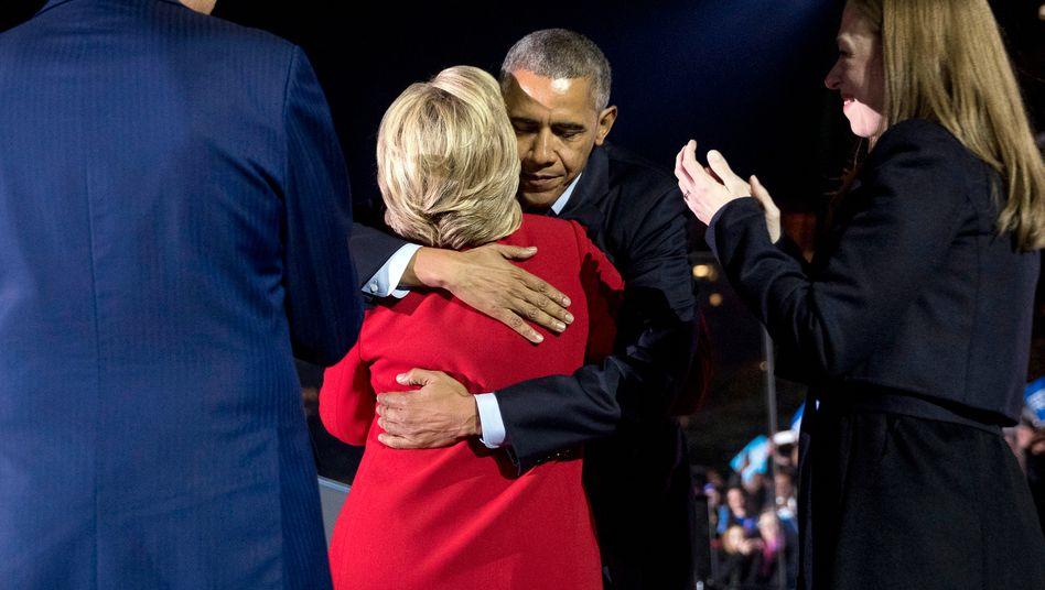Vereint im Wahlkampf: Barack Obama und Hillary Clinton (von hinten) bei einer Veranstaltung 2016 in Philadelphia.