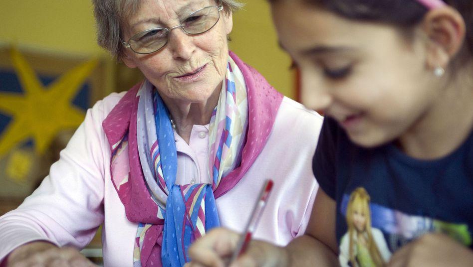 Seniorin mit Job: Viele Frauen müssen auch im Alter noch hinzuverdienen, weil die Rente nicht ausreicht.