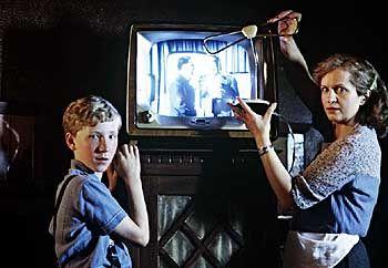 TV-Premiere: Matthias Lubanski (Louis Klamroth) hilft seiner Mutter Christa (Johanna Gastdorf) beim Aufstellen des Fernsehgerätes in der Kneipe